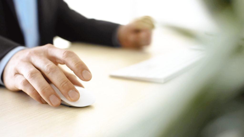 Hände am Schreibtisch